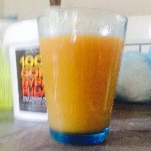 Smoothie med nypon, apelsinjuice, ingefära, banan och morot